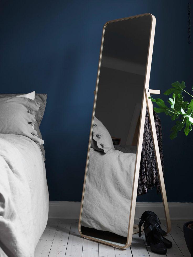 IKORNNES golvspegel är flexibel och lätt att flytta runt efter hur ljuset faller.