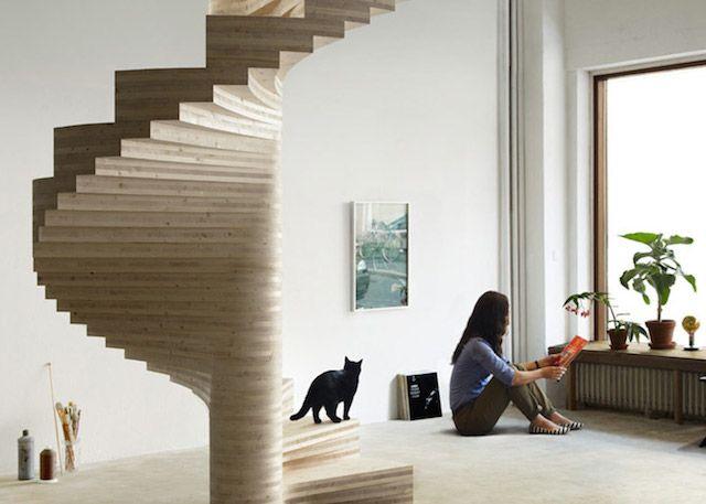 Amazing Spiral Staircase  L'escalier Risa a été conçu par l'architecte norvégien Tron Meyer. Entièrement réalisé en bois stratifié d'origine locale, il a été construit en colimaçon. Ce très bel escalier décore un salon à la manière d'une sculpture en spirale. Des photos du projet sont disponibles dans la galerie.