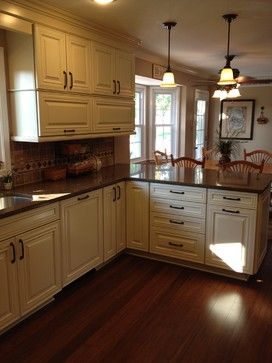 Shenandoah mckinley maple cream glaze traditional for Kitchen cabinets lowes with philadelphia wall art