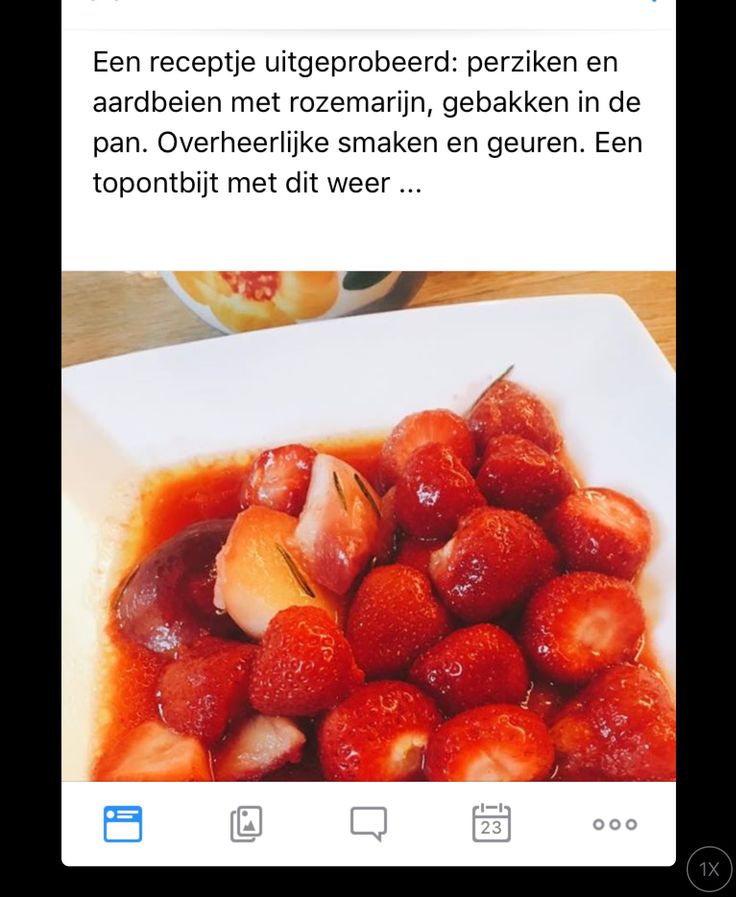 Perziken en aardbeien met rozemarijn, gebakken in de pan