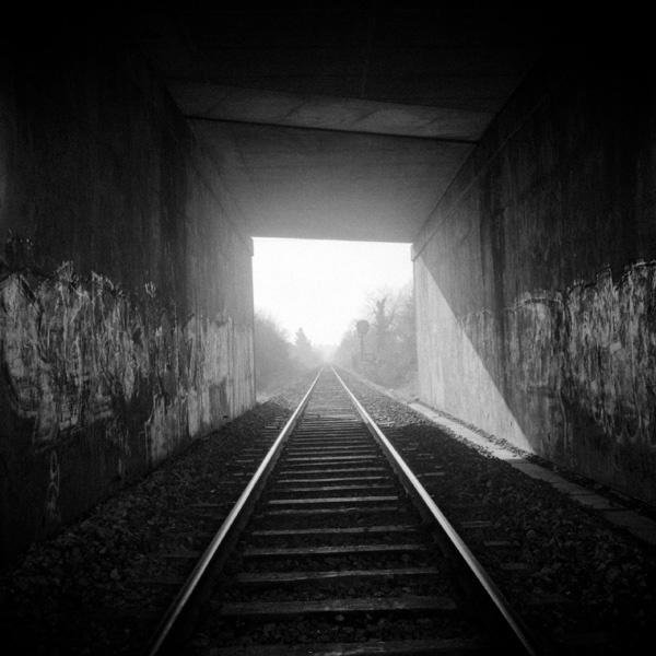 Mise en abîme d'une voie de chemin de fer dans un tunnel