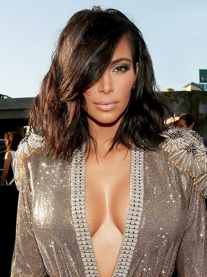 Kim Kardashian debuts her new, super-chic tousled lob on the red carpet.