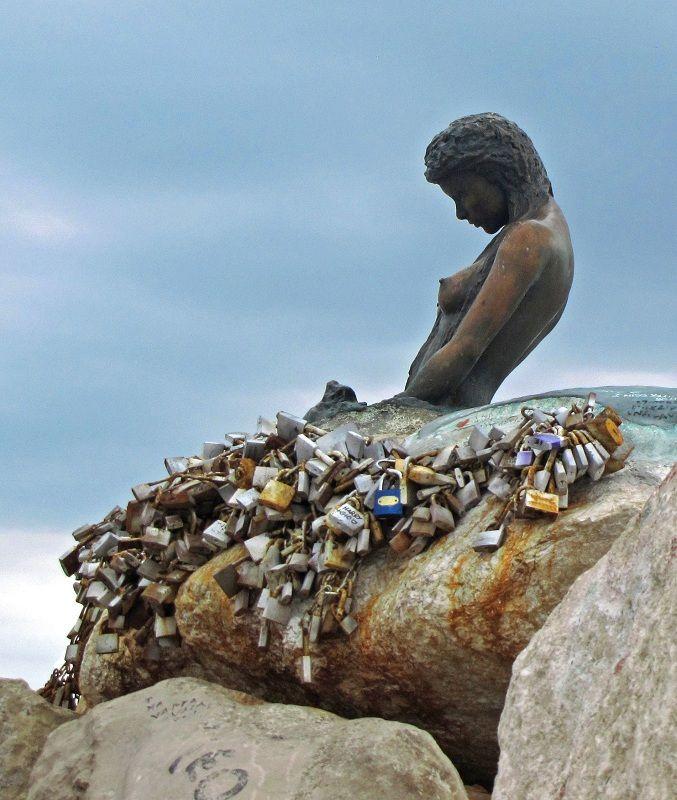 The padlocks of love - Senigallia, Ancona... la foto non è mia, ma la sirenetta a suo modo merita...