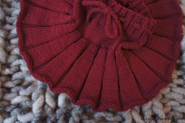 Knitted skirt for christmas.  Pattern: Strikk til smårollinger
