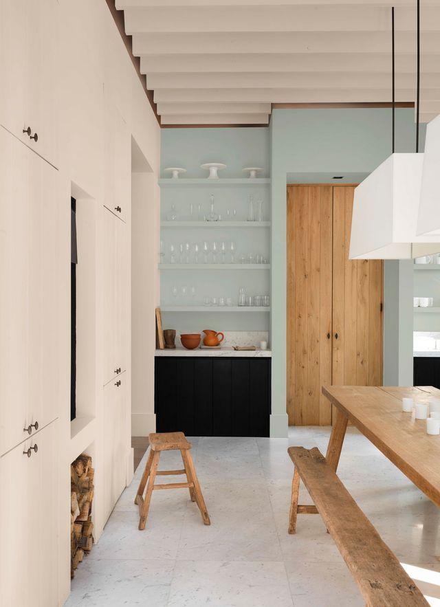 On adore ces couleurs pastel capables d'harmoniser les bois bruts de la cuisine en douceur...