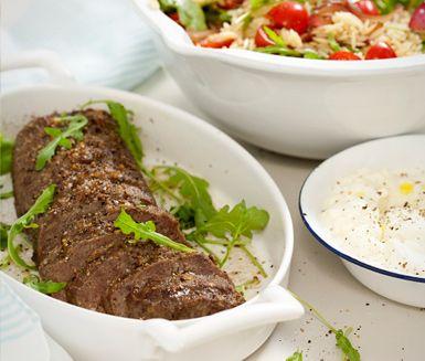 Recept: Köttfärslimpa med risonisallad och fetaostkräm