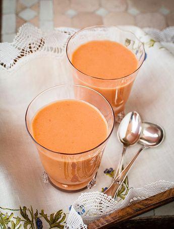 Un gazpacho elaborado con melocotón además de sus ingredientes tradicionales, pero sin pan.