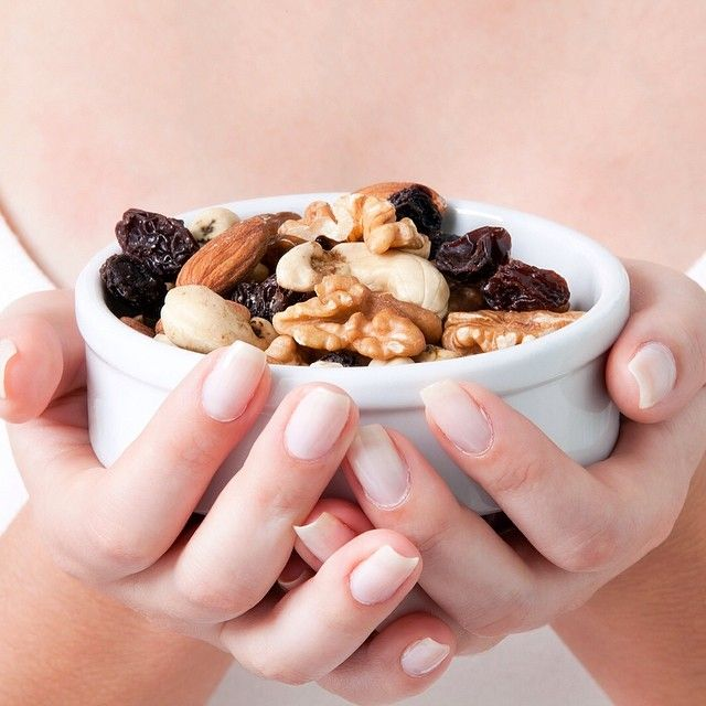 Los tres mejores frutos secos:  Almendras: 15 unidades tienen 106 calorías aproximadamente y 9,2 gramos de grasas insaturadas o cardio saludables. Tienen suficiente proteína (6 gramos) y fibra (3,3 gramos) para hacer que se sientan satisfechos por horas. Y son una buena fuente de vitamina E, magnesio y calcio.  Maní : 30 unidades tienen 120 calorías aproximadamente y 10 gramos de grasa. Tienen un alto contenido de proteína (7,3 gramos), ácido fólico y hierro.  Pistacho : 30 unidades ...