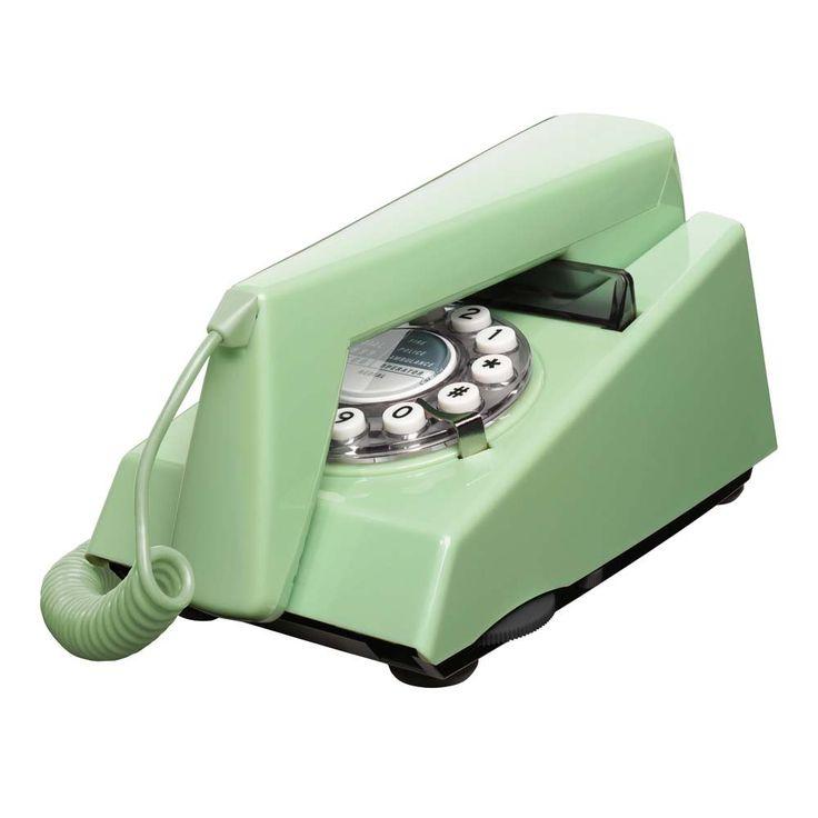 Ce téléphone à cadran possède le chouette look de ses collègues des années 70 anglais ! LeTRIM phonetire ses initiales de Tone Ringer Illuminated Model, il est en effet le premier téléphone utilisant une sonnerie électronique plutôt que la cloche traditionnelle. Egalement disponible en moutarde, bleu/ gris et vert canard. Caractéristiques techniques : voir ci-dessous 55,00 € http://www.lafolleadresse.com/luminaires/2431-trim-phone-teephone-design-vert-d-eau.html