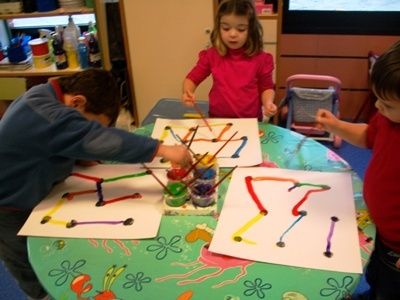 Donat una plantilla amb punts negres separats unir els punts amb rectes de colors(en pinzell).Poden unir-los com vulguin,fent la figura que més els agrada
