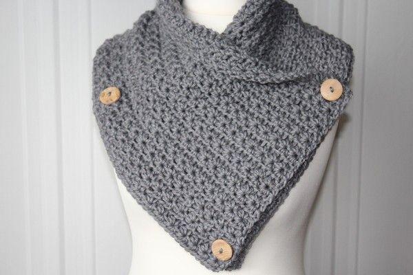 Dieser Schalkragen ist in der kalten Jahreszeit nicht wegzudenken. Er kann individuell zugeknöpft werden und passt sich daher jedem Hals an. Man hat keinen dicken Knoten über der Jacke oder den Rest vom Schal unter der Jacke. Einfach praktisch! Außerde