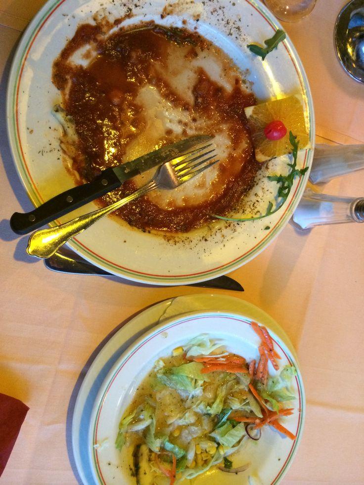 Steak ganz weg, Salat mit zu viel Soße liegen gelassen
