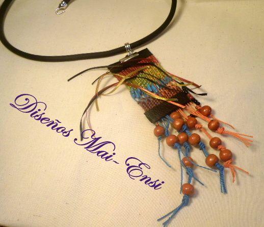 Collar hecho en telar de bisutería con hilos de seda, eco cuero