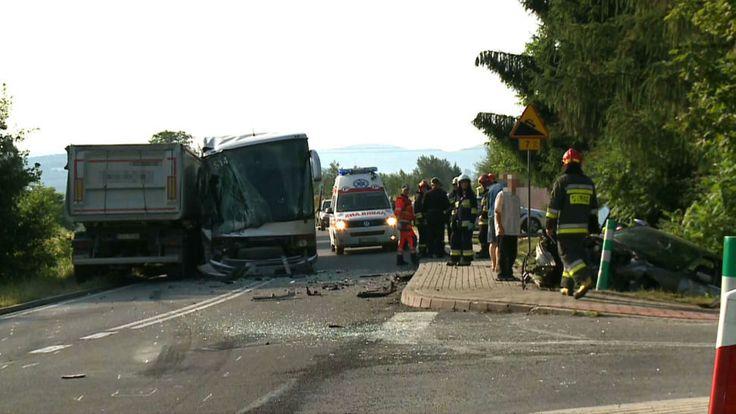 Zderzyły się Bus, ciężarówka i osobówka. W wypadku uczestniczyły 43 osoby _______________________ Prosimy o udostępnienie posta, abyśmy mogli utrzymać zasięgi wiadomości  http://busydoholandii.org/zderzyly-sie-bus-ciezarowka-i-osobowka/