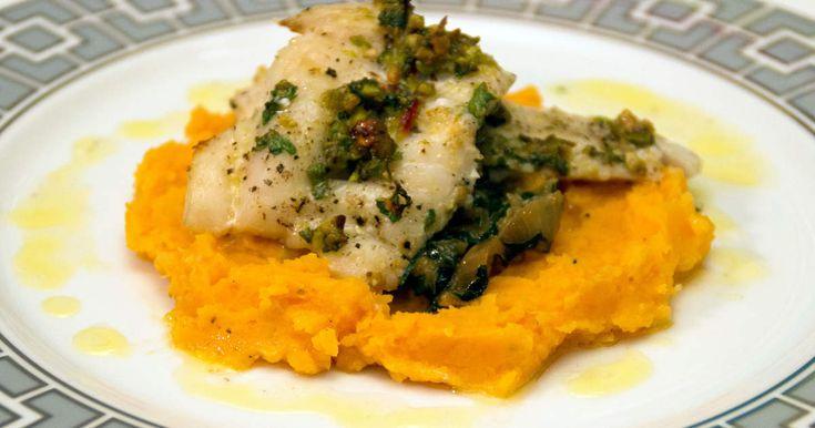 Torsk, med pistage och citron täcke, serveras med sötpotatismos samt smörsås med sting.