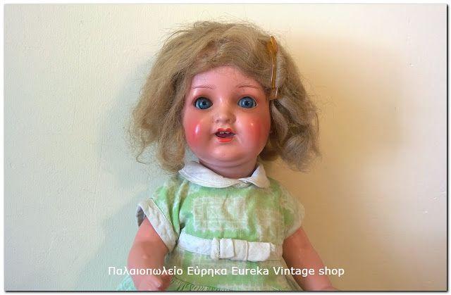 Μικρή κούκλα περίπου από την δεκαετία 1930's ή και παλαιότερη. Φτιαγμένη από παπιέ μασέ (papier mache) .  και πορσελάνινο υλικό το κεφάλι της. Είναι σε αρκετά καλή κατάσταση για την ηλικία της. Τα μάτια είναι γυάλινα. Στο πίσω μέρος του κεφαλιού γράφει Heubach-Köppelsdorf 342/0 Germany. Δείτε τις φωτογραφίες για λεπτομέρειες της κατάστασης της. Έχει ύψος 35εκ.