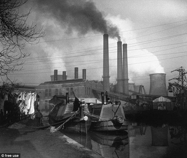 Unique photos capture last generation to work Britain's industrial canals