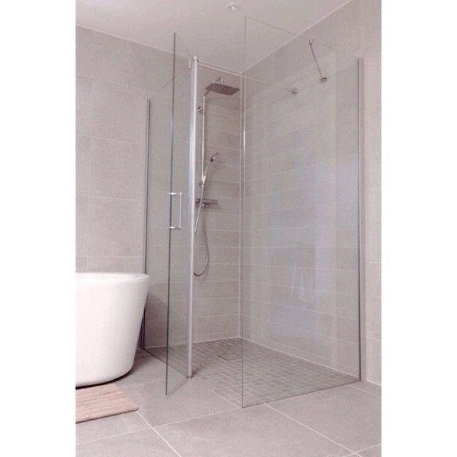 Instagram media by eidehuset - Endelig kom dusjveggene godt var det! #baderom #eidehuset #vikingbad #bathroom #dusj #badekar #spabad #bambus #bad #velvære
