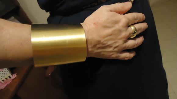 Maxi bracelete com banho de ouro fosco. Altura 7,5cm. R$165,00