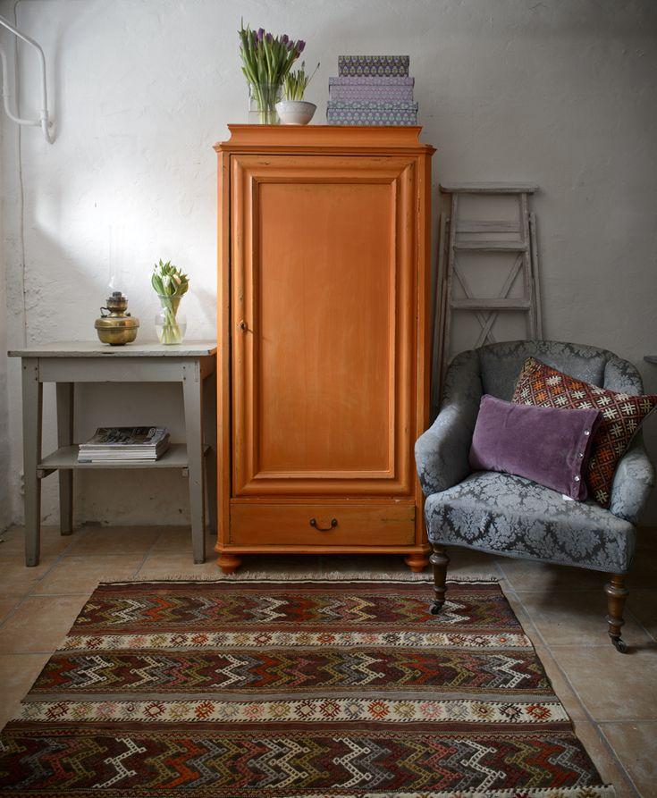 Butik Lanthandeln - Litet gammalt klädskåp i bränd orange SÅLT