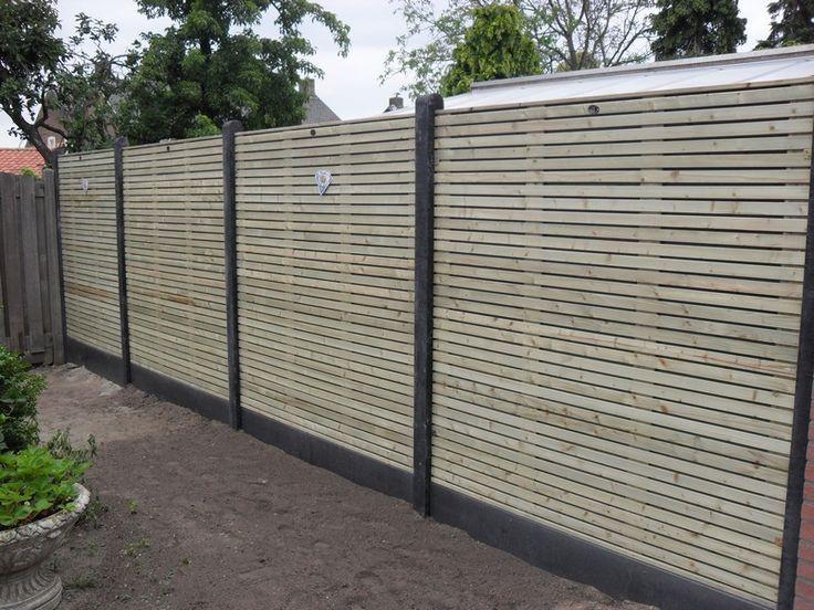 houten schutting geplaatst. Renovatie achtertuin particulier project.