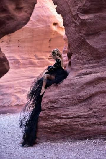 Пустыня издавна манила своей загадочностью, сейчас многие секреты природы раскрыты, но красота песочных барханов под ярким солнцем так и манит. Фотосессия в пустыне — вот, что нужно чтобы ощутить себя в сердце настоящей сказки.  Заказать фотосессию в пустыне можно в Eva and German Studio. Сайт: http://www.evagermanstudio.com/ Телефоны: 054-3574114; 054-3610384