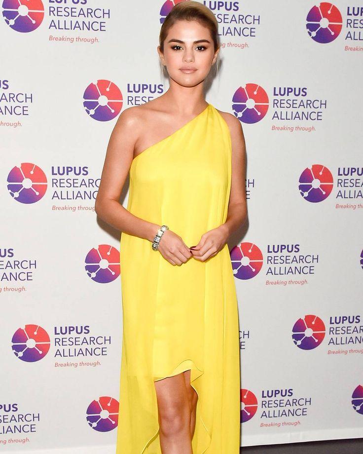 """Selena Gomez recuerda el punto de """"vida o muerte"""" durante su batalla de lupus: """"Estoy llevandolo bastante bien ahora""""  People  Selena Gomez continúa brillando después de su trasplante de riñón debido a complicaciones del lupus.  La nueva estrella rubia de 25 años fue honrada en la Gala Anual de Lupus Research Alliance en el Ziegfeld Ballroom en la ciudad de Nueva York el lunes.  Gomez se destacó con un vestido amarillo Calvin Klein de un solo hombro que complementó con las relucientes…"""