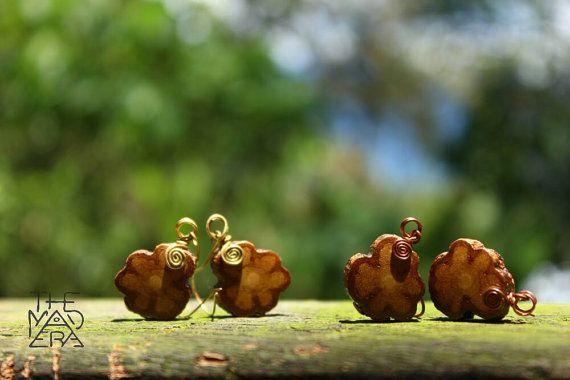 Ayahuasca Vine Tiny Flower Earrings, bron