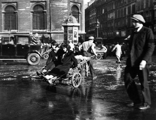 Doisneau. Les Halles. Les filles au diable. 1933.
