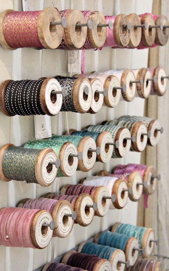 Bonjour, Les astuces de rangement pour votre atelier est la suite de mon articlesur : «l'agencement de votre atelier couture». Tout d'abord dans un atelier, de quoi avons-nous besoin? D'une machine à coudre, du petit matériel pour la couture (ce sera un prochain article), des fils, des boutons, des rubans, du scratch, des livres, une …