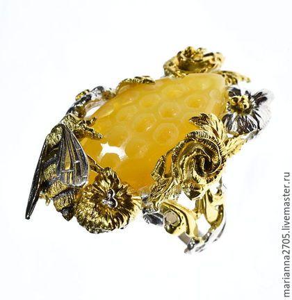 """Кольца ручной работы. """"Напоминание о лете"""" кольцо с резным янтарем, цветами и пчелой. Marianna2705. Ярмарка Мастеров. Серебро с золотом, мед"""