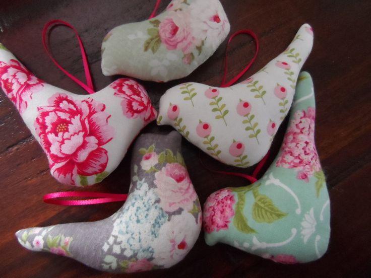Süsses Set aus kleinen Vögeln, man kann sie toll im Fenster ,an einem Kranz ,an einem Zweig oder an einer Kommode dekorieren.  Ich habe sie aus Til...