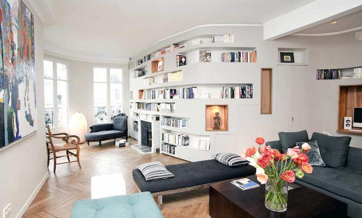 salon chic avec méridienne, cheminée et niches de rangement au lieu de meuble bibliothèque