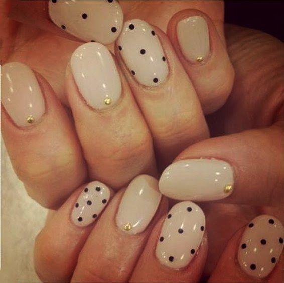 Uñas decoradas con esmalte color beige y puntos color negro