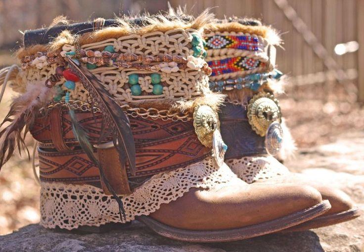 Toujours avec le bohème et le des chaussures avec des différences de matière des couleurs des plumes de la dentelle ... Super