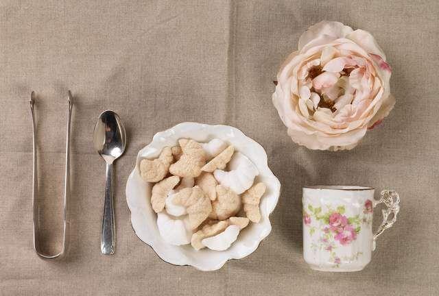 petit d jeuner romantique avec des croissants en sucre. Black Bedroom Furniture Sets. Home Design Ideas