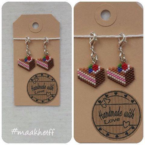 Steekmarkeerders taartpunt. Gemaakt van Miyuki delicas. Per twee stuks. Prijs: 4,50 (excl. verzending)💕 --- Stitch markers piece of cake. Made of Miyuki delicabeads. You get two on a card. Price: 4,50 Euro (shippingcosts not included)💕 #steekmarkeerders #charms #taart #cake #taartpunt #handmade #handgemaakt #miyukidelicas #beads #kralen #maakhetff #instagramkoopjeshoek #craftastherapy #craftastherapy_festive #etsy #etsyseller #craftspire