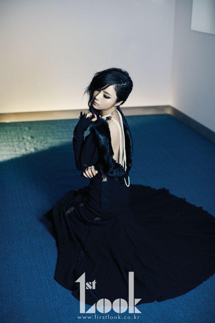 Shin, SaeKyung 퍼 트리밍 장식의 백리스 드레스 니나리치. 롱 진주 네크리스, 링 데레쿠니.  #pose