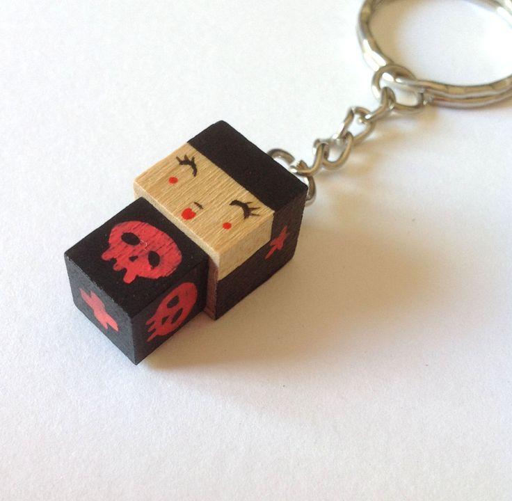 Porte-Clés poupée cubique noire et rouge avec tête de mort et étoiles