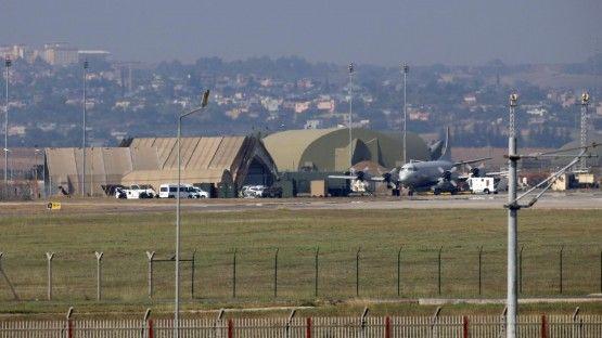 Nach dem gescheiterten Militärputsch in der Türkei ist der Kommandeur der Luftwaffenbasis Incirlik festgenommen worden.  Das melden mehrere Nachrichtenagenturen unter Berufung auf die Regierung in Ankara. Demnach wird dem General vorgeworfen, in den Aufstand verwickelt gewesen zu sein. In Incirlik sind Verbände der USA, Deutschlands und weiterer Länder stationiert, die sich am Kampf gegen die IS-Terrormiliz in Syrien beteiligen.   Die Soldaten können das Gelände zurzeit nicht verlassen. Als…