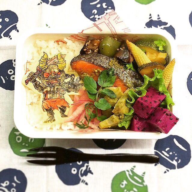 今朝はおチビの号泣から始まりました… りんご食べたかったらしいのに、ちょっと待ってってしたら号泣…日の出前の朝5時から、それはそれは高らかに よし!気を取り直していきましょう〜 ⚫︎鮭とレンコンのグリル ハーブソース ⚫︎ナスとピーマンの簡単炒め ⚫︎ズッキーニとヤングコーンのオイルサラダ ⚫︎紫玉ねぎとディルのピクルス ⚫︎ドラゴンフルーツ - 47件のもぐもぐ - Grilled salmon and lotus roots with genovese sauce lunch box. 鮭とレンコンのグリル ハーブソース弁当 by Yuka Nakata