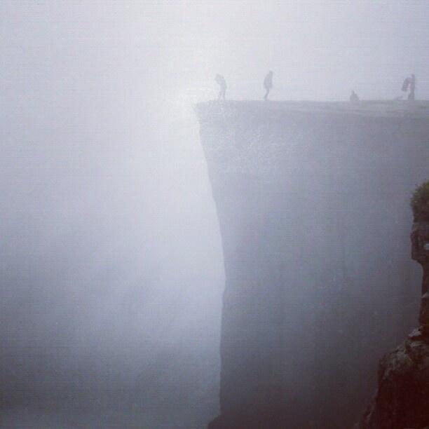 プレーケストーレン ノルウェーにあるリーセフィヨルドのハイライト。水面からの高さ600mの一枚岩。 行き方:オスロから列車でスタバンゲルまで行き、そこからバス。 - @his_japan- #webstagram