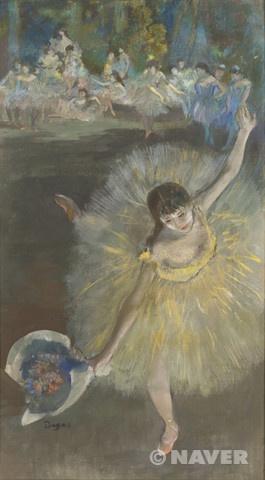 공연의 끝, 무용수 인사하다, 에드가 드가, 1877, 인상주의  일단 앞에 여자의 포즈가 그동안 그림에서 흔하게 그려지는 포즈는 아니다. 어쩌면 불안정해보이고 넘어질수도 있을 것 같은 포즈이다. 그렇지만 드가는 상당히 안정적으로 잘 그린것같다. 가운데 여자만 꽃다발을 들고있고 노란색 옷을 입은 걸로 보아 주인공 프리마돈나인것같다
