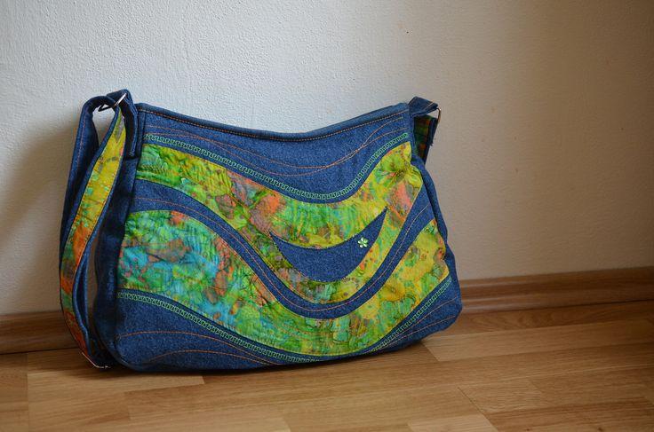 ELEANORka middle no. 7 Patchworková kabelka je ušitá ze zelenkavo-modro-žluté bavlněné látky v kombinaci se světlou džínovinou. Druhou stranu kabelky tvoří oranžovo-červeno-zelená batika, která přechází také v džínovinu. Rozměry: výška: 26 cm šířka: 32 cm (směrem ke dnu kabelky je rozšířená na 39 cm), bez problémů pojme formáty A4) Kabelka je snadno ...