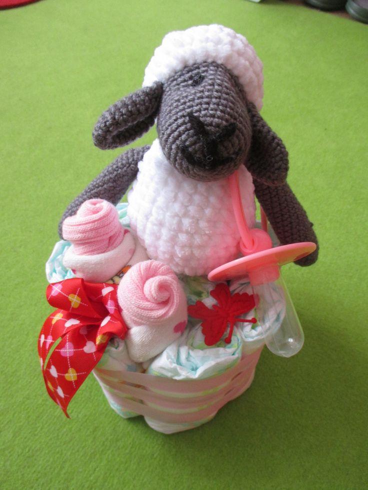 Plínkový dort s háčkovanou ovečkou.