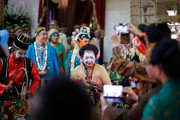 Pada pernikahan dengan adat Jawa, rombongan pasangan pengantin akan didahului oleh Cucuk Lampah yakni orang yang berpakaian adat Jawa tokoh pewayangan.