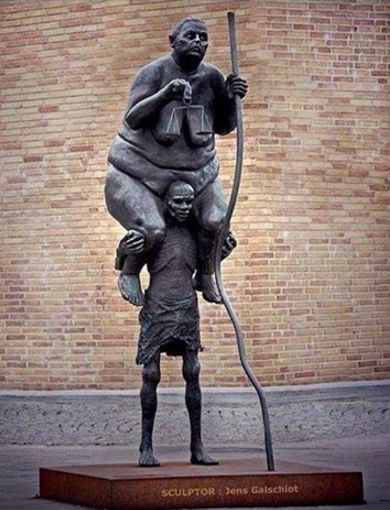 Escultura do artista dinamarquês Jens Galschiot no porto de Copenhaga lembra como os opulentos vivem à custa dos mais fracos.