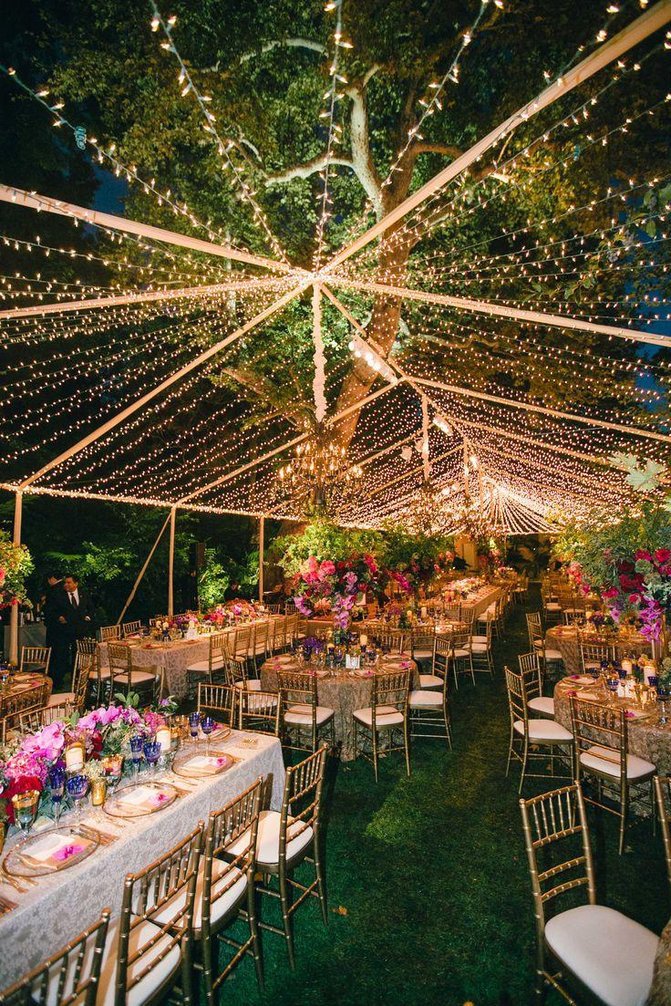 Carpa transparente con iluminación LED. Banquete dispuesto con mesas redondas y sillas Tiffany doradas. #cenaeneljardin #solucionesparaeventos 91.482.94.71 | info@eventomice.com