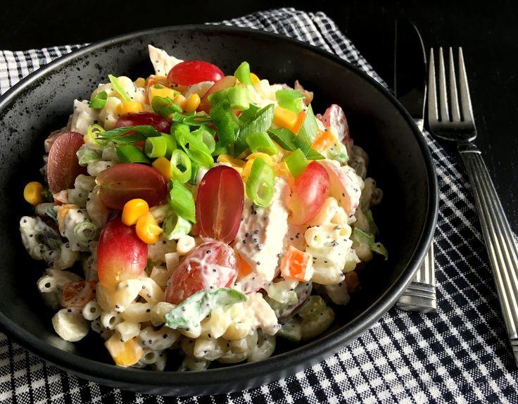 Den lækreste opskrift på en cremet pastasalat med kylling og vindruer. Perfekt frokostsalat eller aftensmad til de dage, hvor maden skal være let.