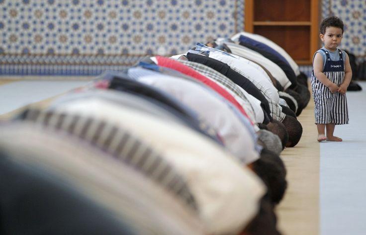 Nel primo giorno del Ramadan alla Grand Mosque di Strasburgo c'è anche  un bimbo. Imbronciato prima, incuriosito dopo, anche lui si mette in posizione di preghiera dopo aver osservato attentamente quello che facevano gli adulti